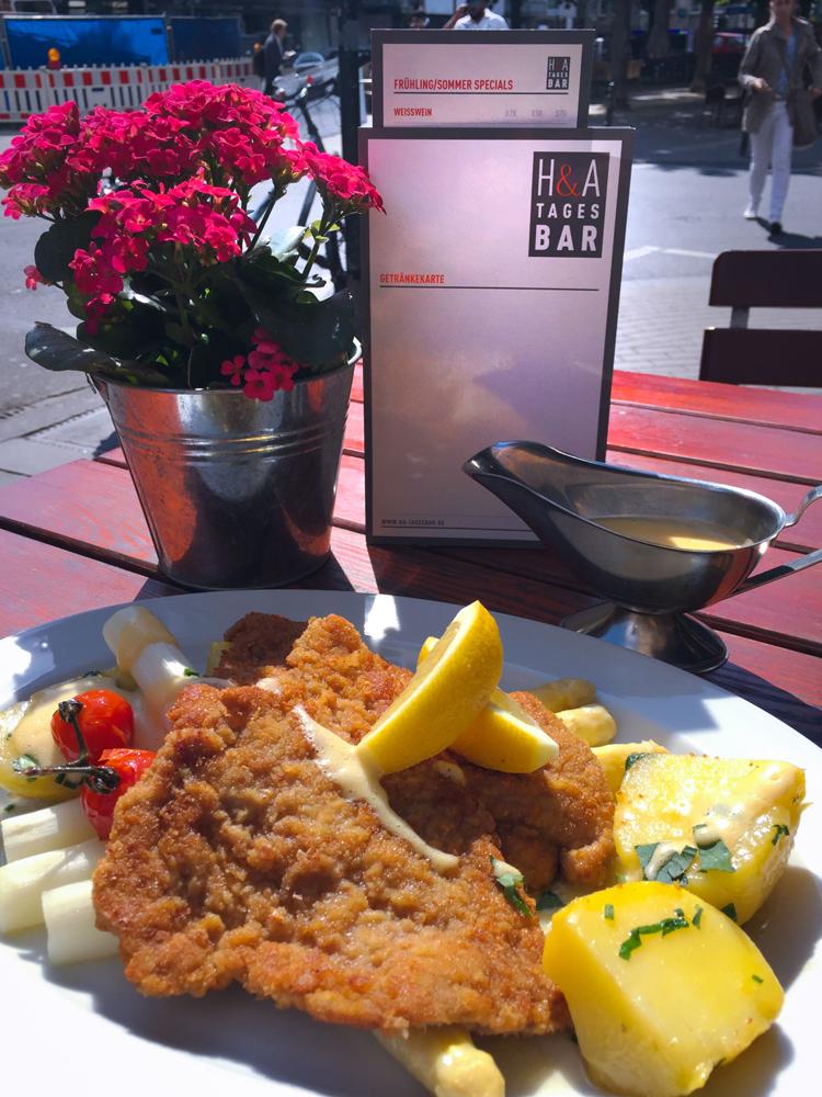 Spargel mit Schnitzel in der Tagesbar, Restaurant am Friesenplatz in Köln